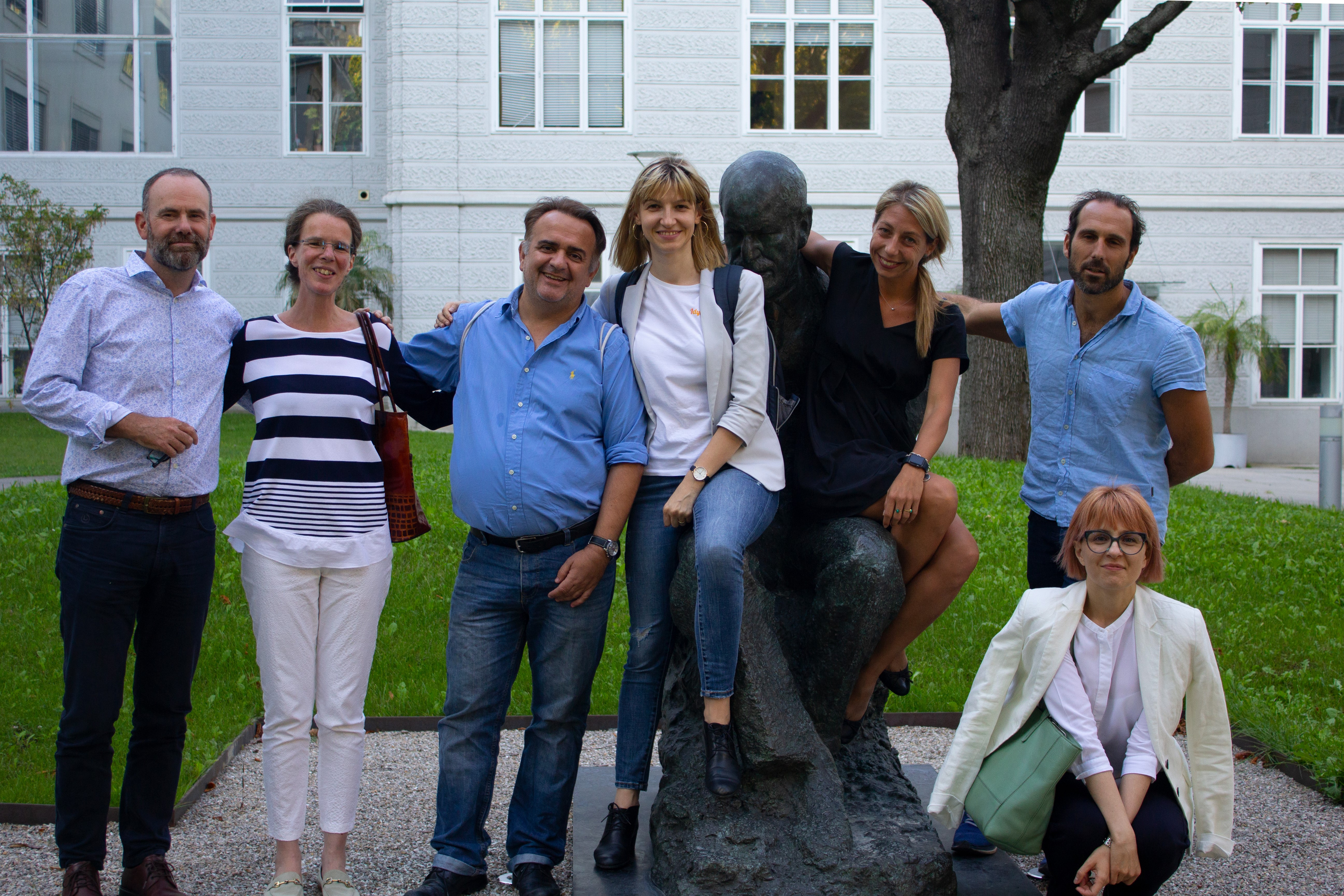 Picture of working group 5 in front of a Freud statue